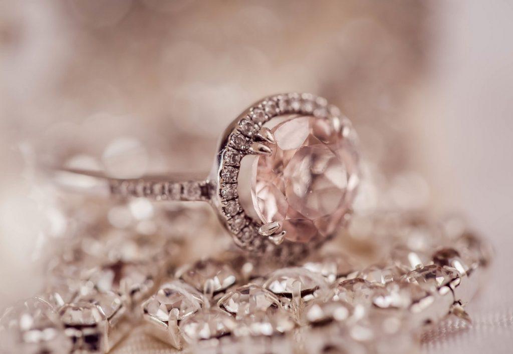 宝石を売るときのポイントとは