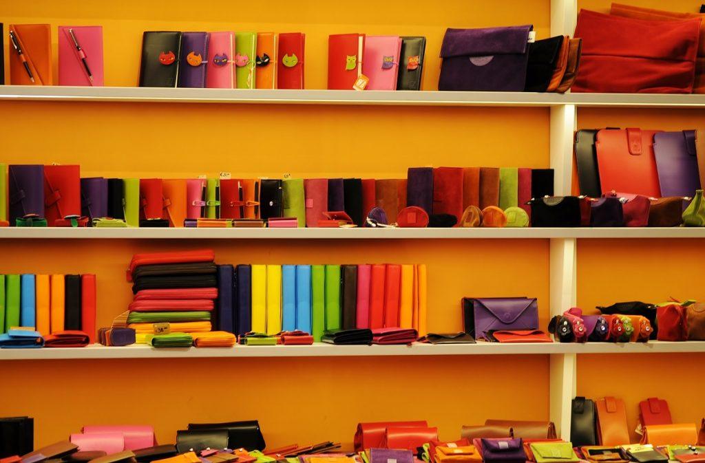 色とりどりの財布や小物