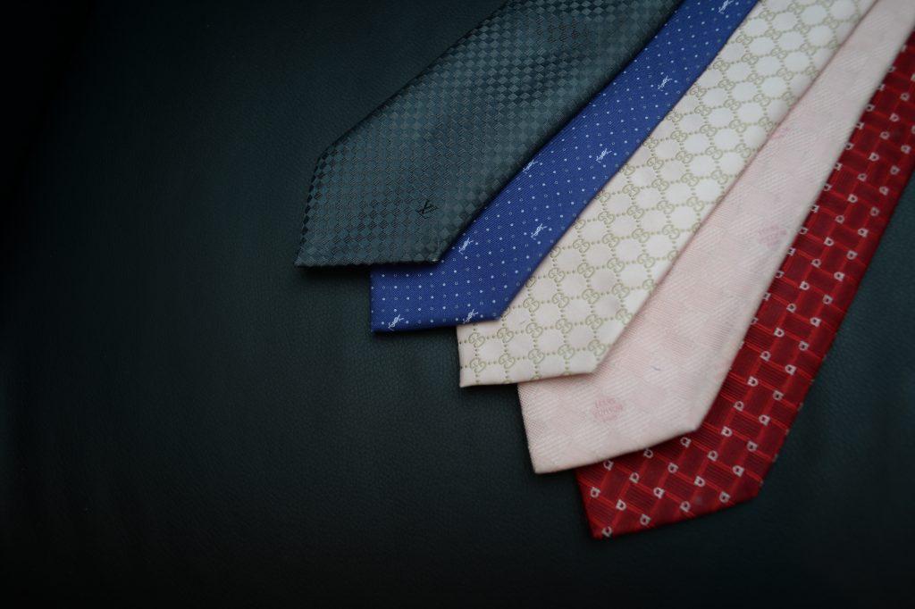 色とりどりのブランド品ネクタイ