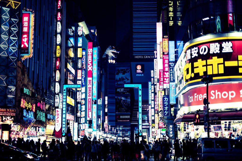 陽が落ちた新宿の街