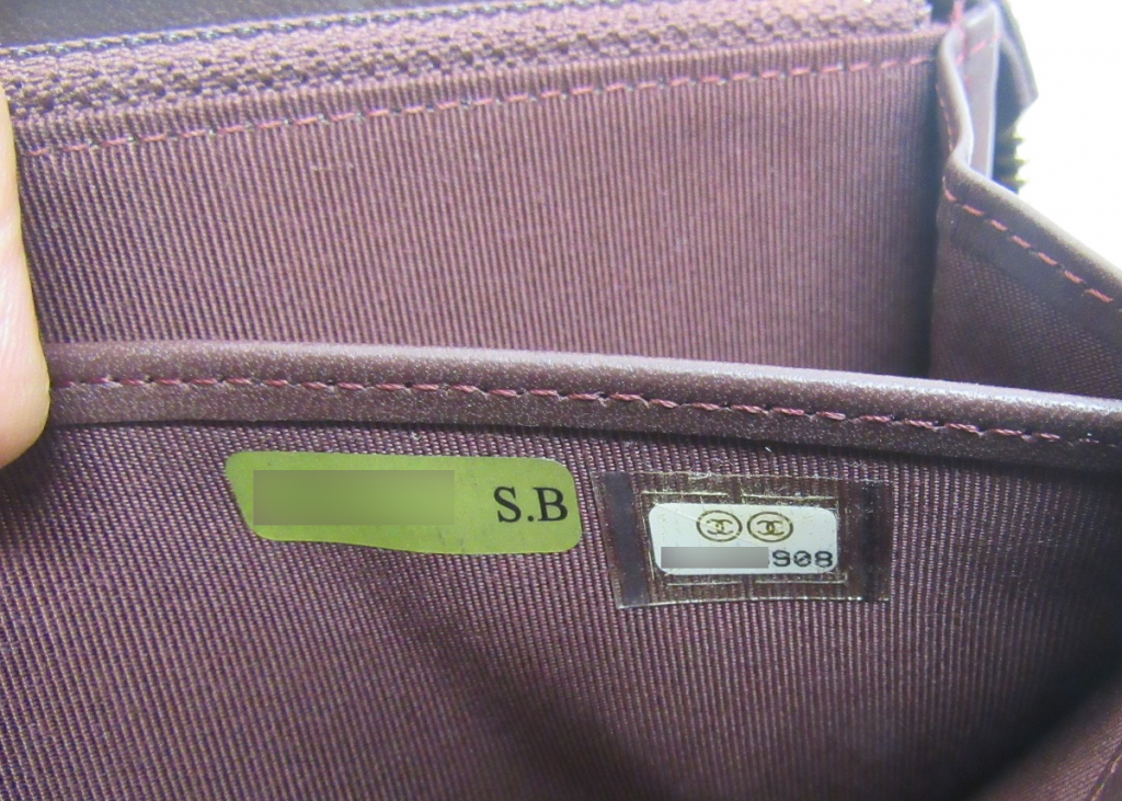 シャネルのバッグや財布についているシリアルシール