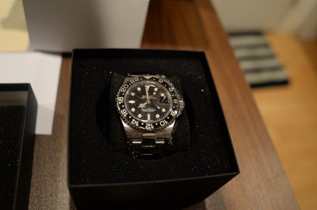 返送された腕時計には保護シールが