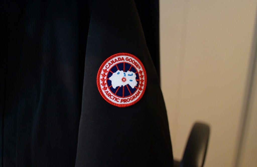 カナダグースの肩のロゴ